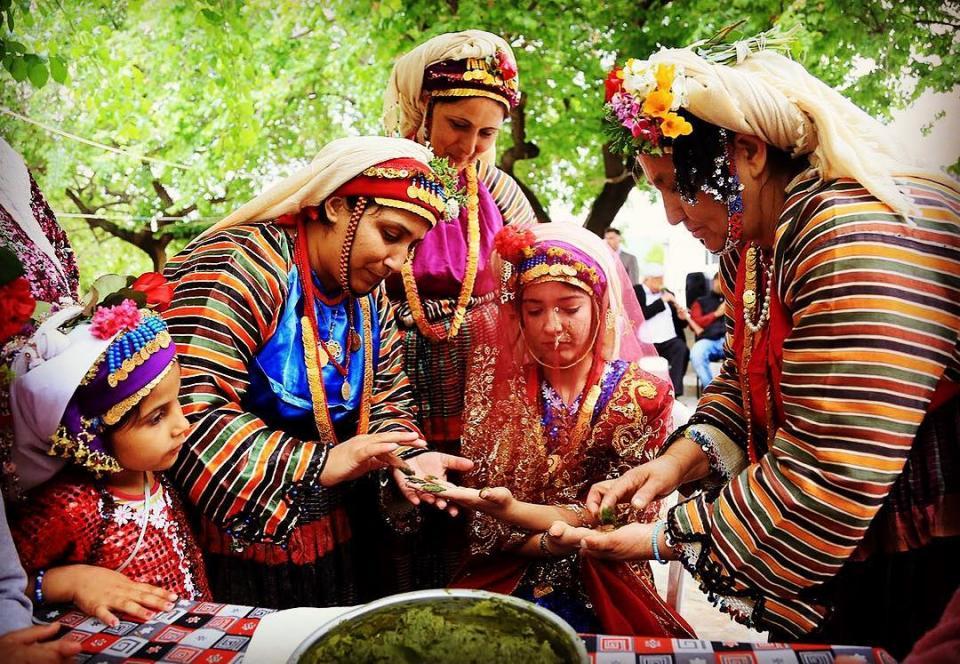 Muğla'nın Milas ilçesi köylerinden Çomakdağ Köyü Kadınları Kına Yakarken